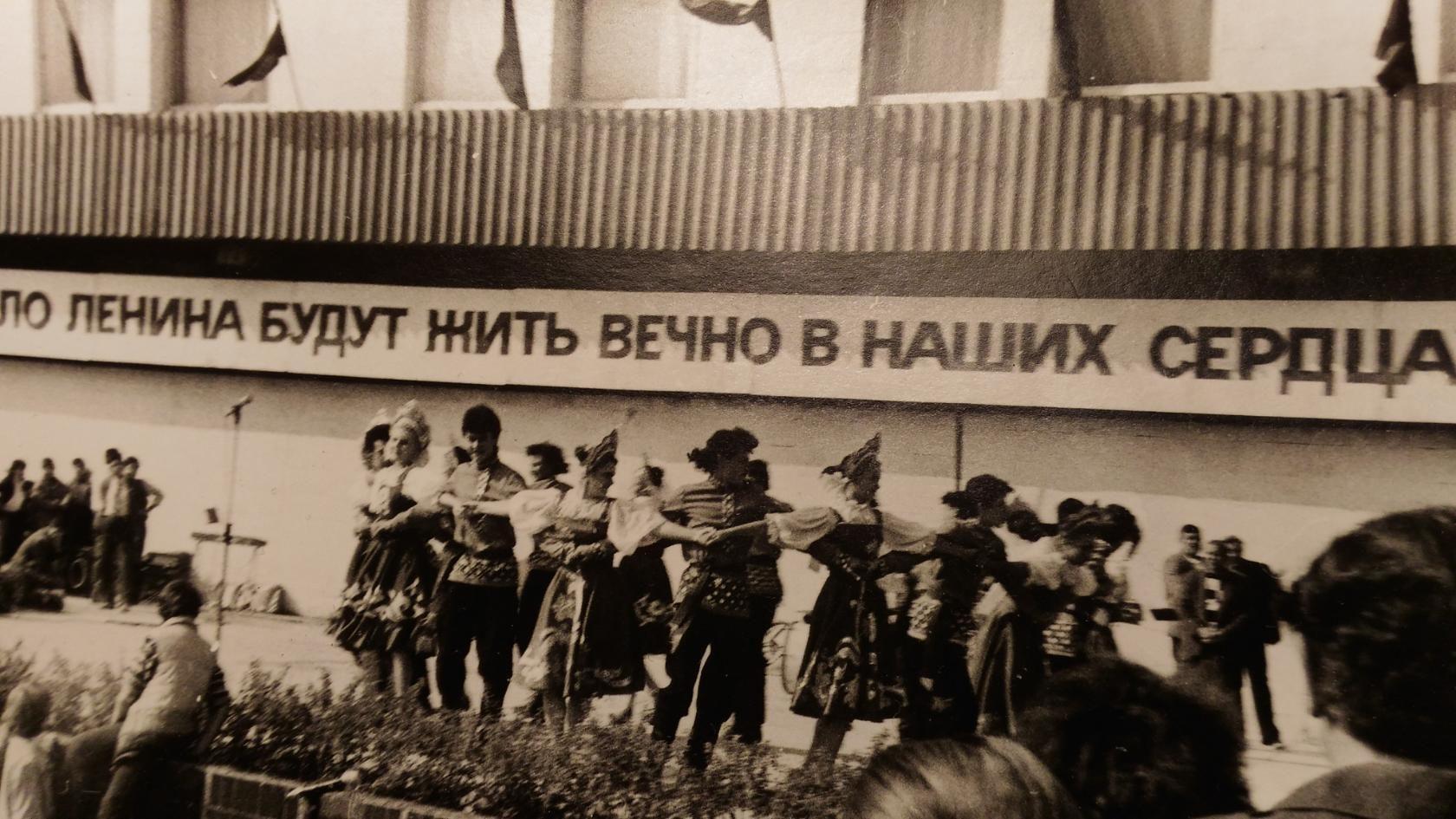 площадь Ленина. Рядом Дом школьника