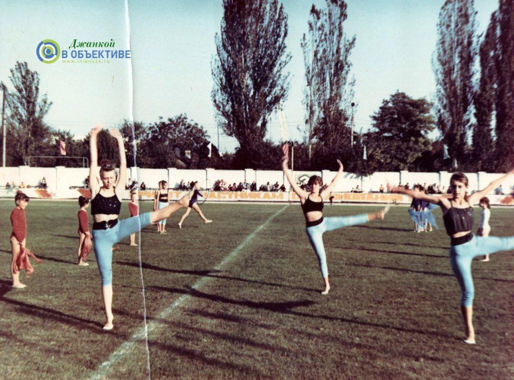 dzhankoj sportivnyj gorod. pokazatelnye vystuplenija gimnastok pered sorevnovanijami 1024x758 - Джанкой - город спортивный. 2012 год