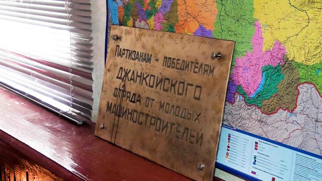 dzhankojcy-oblagorazhivajut-mogilu-partizan