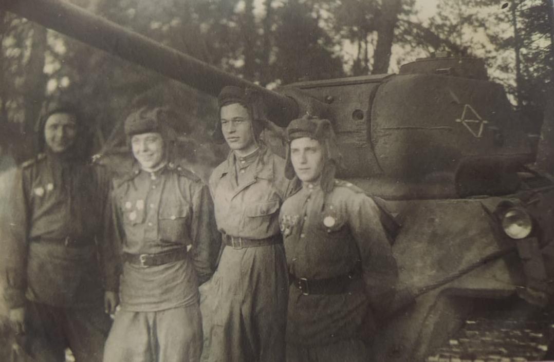 Юрий Шабанов (второй слева) со своим экипажем танка Т-34
