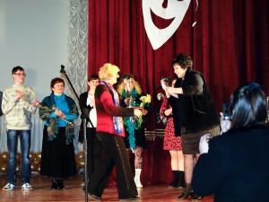 Директор ЦРДК Черникова О.И. награждает грамотой Веру Волобуеву