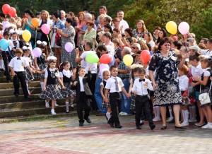 Pervoklashki torzhestvennym marshem 300x218 - Джанкойские школьники и педагоги встретили новый учебный год